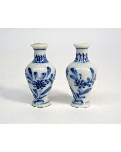 Stel Chinees porseleinen miniatuur vaasjes, Kangxi periode, ca. 1720