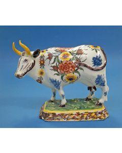 Delfts polychroom beeld van een koe, gemerkt 'De Lampetkan' 18e eeuw