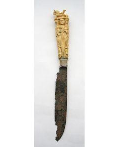 Mes met bestoken benen heft, allegorische voorstellingen, ca. 1700