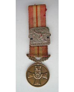 Miniatuur medaille voor tienjarig lidmaatschap van de Bond van Nederlandse Militaire Oorlogsslachtoffers met gesp