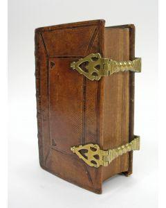 Klein formaat Statenbijbel in leren band en met koperen sloten, 1843