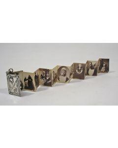 Miniatuur boekje met zilveren band, leporello met klederdrachten, ca. 1900