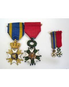 Spang van twee onderscheidingen (Nederlandse leeuw en Legioen van Eer), van de hoogleraar Prof. Dr. A.F. Holleman