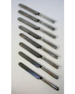 Acht tafelmessen met zilveren heften