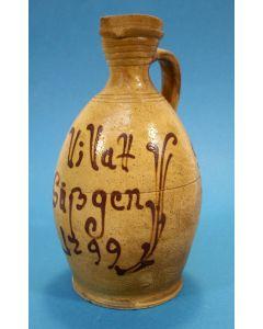 Steinzeug kannetje met opschrift, gedateerd 1799