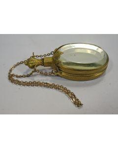 Verguld messing parfumflesje met draagketting, 19e eeuw