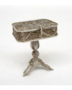 Zilveren filigrain miniatuur handwerktafeltje, 19e eeuw