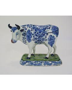 Delfts polychroom beeld van een koe, gemerkt 'Van Duyn', 18e eeuw