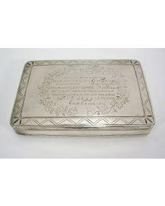 Zilveren tabaksdoos met inscriptie, geschonken aan G. Verploeg uit Dreumel vanwege zijn menslievende daden bij de Watersnood in de Bommelerwaard van 1799.