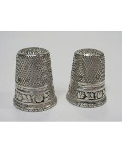 Twee zilveren vingerhoeden van gelijke uitvoering, ca. 1900