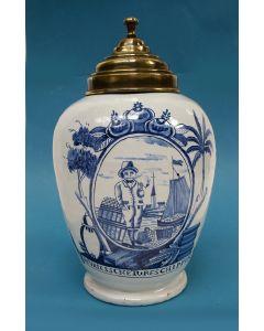 Delftse tabakspot met voorstelling van een 'Vriessche turfschipper', 19e eeuw