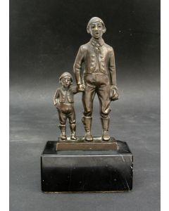Bronzen beeldje, vader en zoon in Duitse dracht, ca. 1900