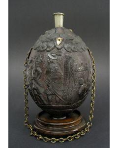 Kruithoorn met militaire voorstelling, vervaardigd uit kokosnoot, Frans-koloniaal, Empire
