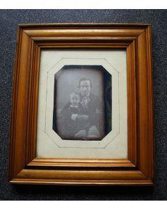Daguerreotype, vervaardigd in Batavia, portret van Toneo Modderman en zijn zoontje, 1852