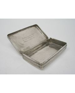 Zilveren tabaksdoos met gegraveerde inscriptie, geschonken aan schipper Menso Bokhorst uit Elburg als beloning voor zijn moed gedurende de Watersnood van 1825.