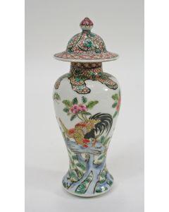Polychroom Chinese porseleinen vaasje met haantjesdecor, QianLong periode, 18e eeuw