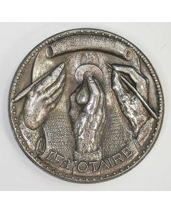 [Frankrijk] 'Le notaire' (de notaris). Zilveren penning door Albert de Jaeger, 1945