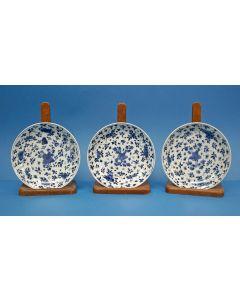 Drie Chinese porseleinen borden, Kangxi periode