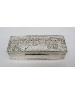 Zilveren tabaksdoos, gegraveerd met een stadsgezicht van Zaandam, 1889
