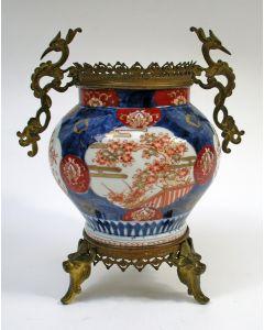 Japans Imari vaas met bronzen montuur, 19e eeuw