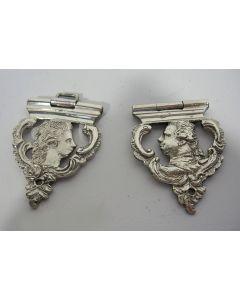 Aanzetstukken van Orangistische  zilveren boeksloten met de afbeelding van Stadhouder Willem V en Wilhelmina van Pruissen, 18e eeuw