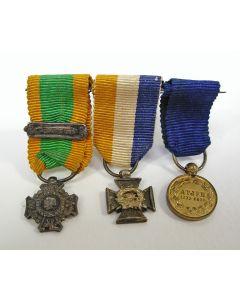 Spang van drie miniatuur onderscheidingen van een officier in Nederlandsch Indië, ca. 1875